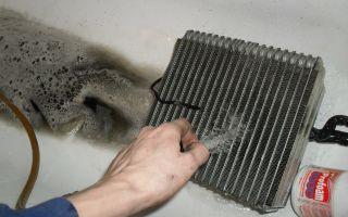 Как промыть радиатор кондиционера и избавиться от запаха?