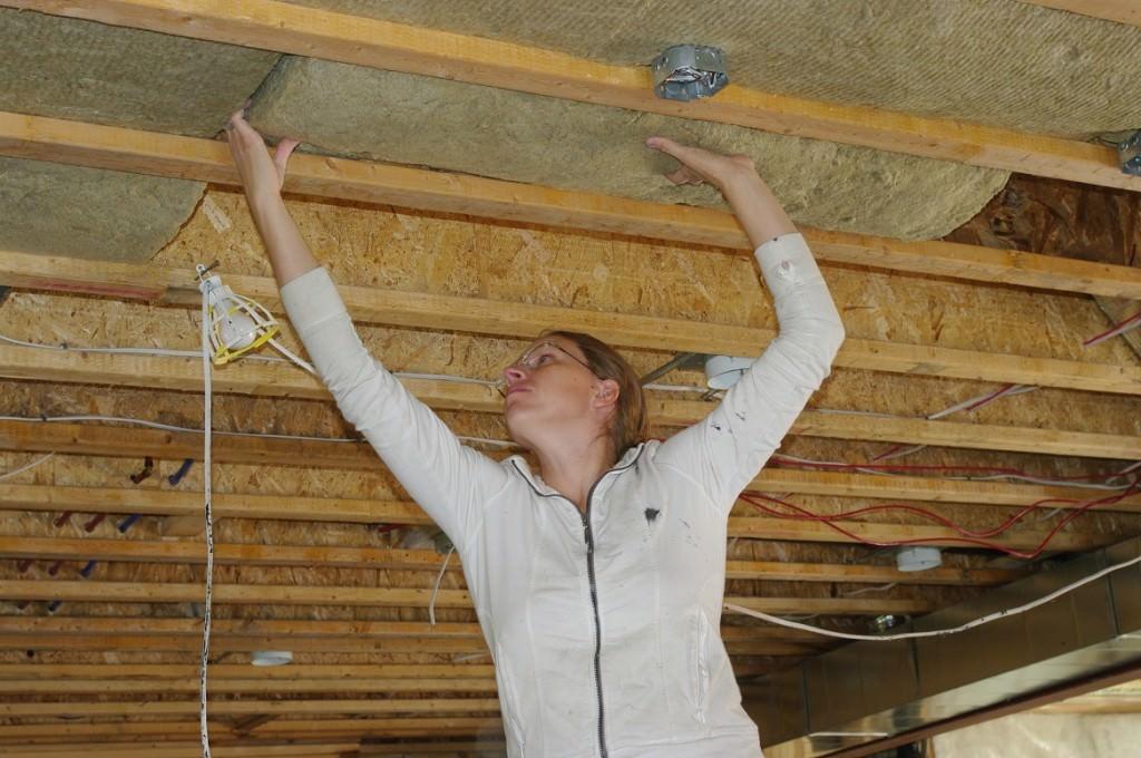 Какими способами выровнять потолок в деревянном доме видео смотреть